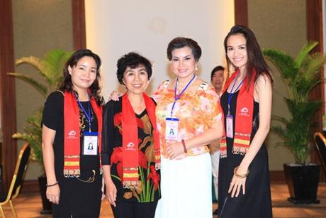 Hoa hậu Diễm Hương cảm thấy tự hào khi sánh vai cùng các nữ ban giám khảo giàu kinh nghiệm