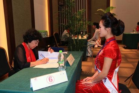 Diễm Hương tự tin phỏng vấn các thí sinh