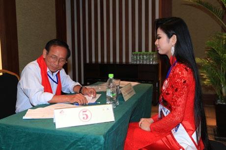 Mỗi thí sinh đều lần lượt trả lời phỏng vấn 7 thành viên của Ban giám khảo, với 6 câu hỏi