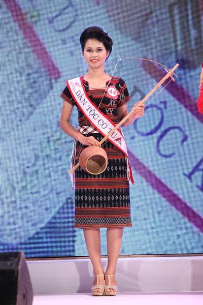 Các thí sinh Hoa hậu trổ tài nướng ngô khoai khi đi thăm làng lụa ở Hội An