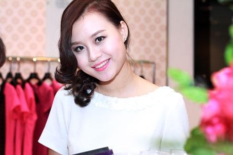 Huyền Trang lấn sân kinh doanh với vai trò quản lý showroom mới của một thương hiệu thời trang