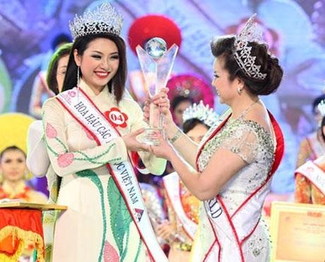 Quý bà Kim Hồng trao vương miện cho Tân Hoa hậu Nguyễn Thị Ngọc Anh