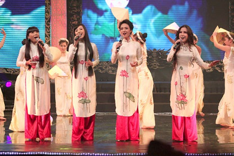 5 Dòng Kẻ vớiđầyđủ4 thành viên biểu diễn trên sân khấu