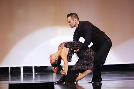 Khánh Thi cùng bạn nhảy khiêu vũ khi Quang Hà hát Cây đàn bỏ quên