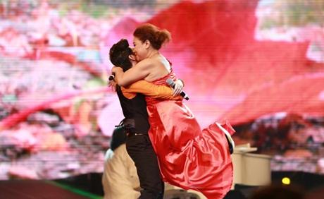 Phần trình diễn tình cảm, nhiều bất ngờ, đầy cảm xúc của cặp chị em nghệ sĩ trên sân khấu