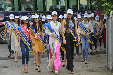 Thí sinh Nữ hoàng Trang sức 2013 đi từ thiện tại làng trẻ SOS