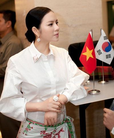 Đại diện của nước chủ nhà khen Lý Nhã Kỳ mặc xà rông đẹp