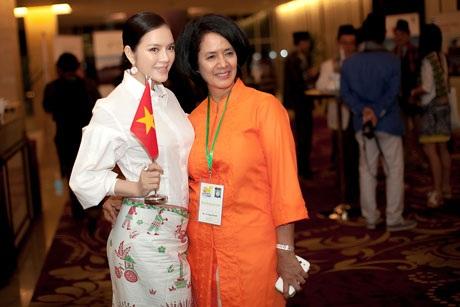 Người đẹp Việt Nam chụp hình với đại diện ngành du lịch của Indonesia