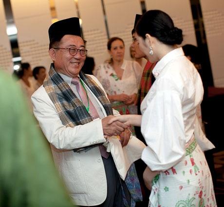 Lý Nhã Kỳ trò chuyện với đại diện đến từ Hàn Quốc