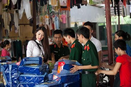Quế Vân mang Tết trung thu đến cho các cô nhi tại chùa Bồ Đề