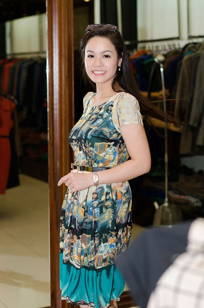 Nhật Kim Anh hào hứng đi mua sắm váy áo để diện tại Liên hoan phim