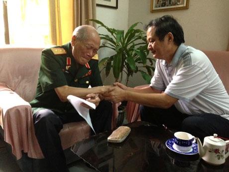 ...Trung tướng Phạm Hồng Cư đã bật khóc tại nhà riêng (Ảnh: VGP/Phương Liên)