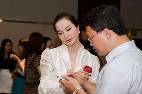 Hoa hậu Bảo Ngọc xuất hiện với trang phục vừa kín đáo vừa gợi cảm