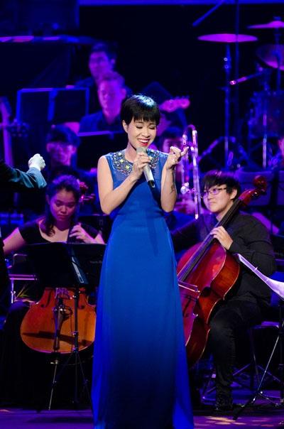 Uyên Linh nhận nhiều tán thưởng khi trình diễn cùng dàn nhạc giao hưởng