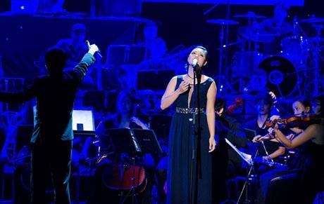 Tăng Ngân Hà biểu diễn cùng dàn nhạc