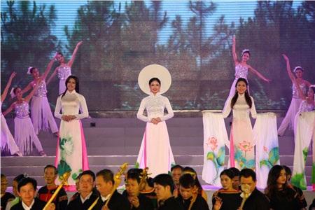 Người đẹp các dân tộc trình diễn áo dài