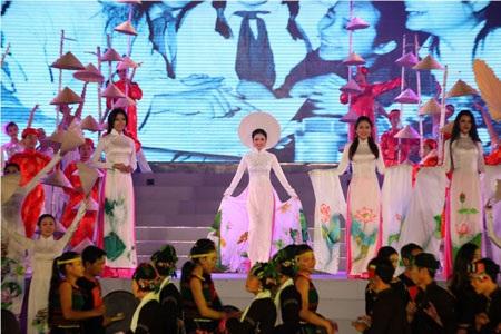 Các người đẹp cuộc thi Hoa hậu các dân tộc Việt Nam 2013 trình diễn áo dài