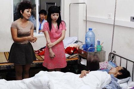 Ca sỹ Thái Thùy Linh, Ngọc Khuê thăm nghệ sỹ Tuấn Dương tại bệnh viện cách đây không lâu