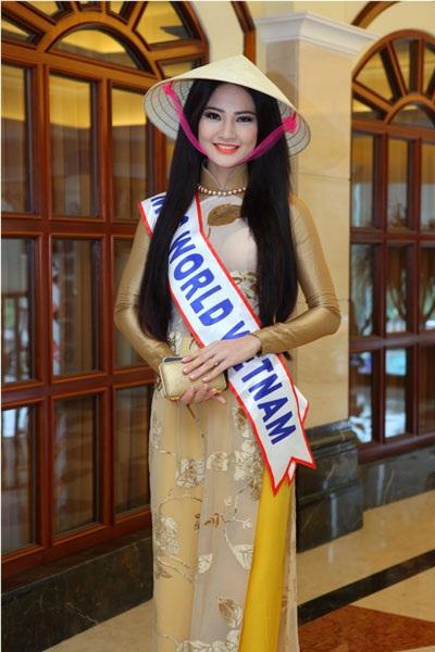 Trần Thị Quỳnh xinh đẹp, duyên dáng trong tà áo dài