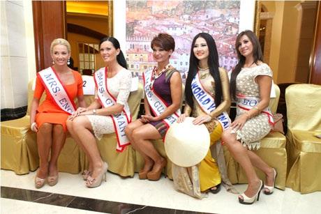 Đại diện Việt Nam (thứ 2 từ phải sang) nổi bật giữa các thí sinh