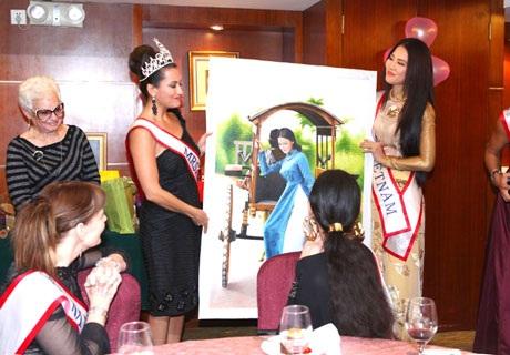 Người đẹp Việt Nam tặng bức tranh hình ảnh cô gái Việt Nam cho Hoa hậu Quý bà April Lufriu