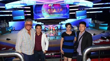 Các giám khảo khảo sát sân khấu đêm chung kết