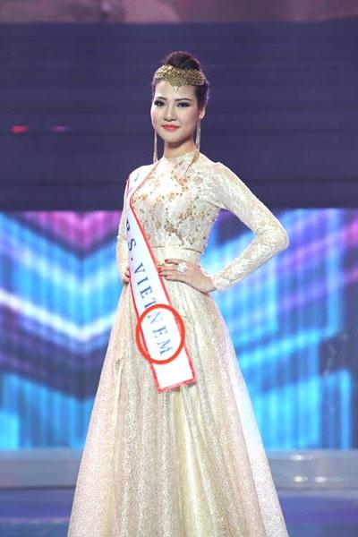 Trần Thị Quỳnh sơ ý đeo dải băng ghi sai tên nước