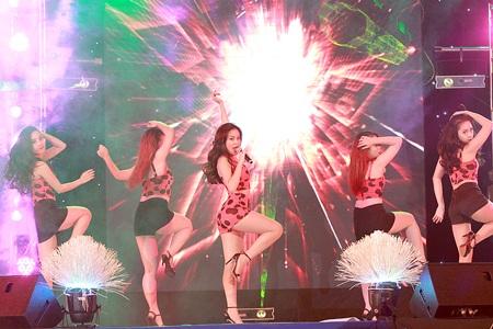 Hoàng Thùy Linh với màn biểu diễn bốc lửa
