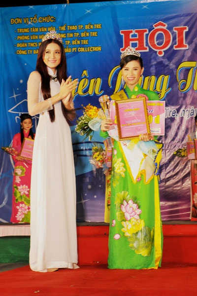 Hoa khôi Phạm Phương Thảo trao giải cho các người đẹp đoạt giải