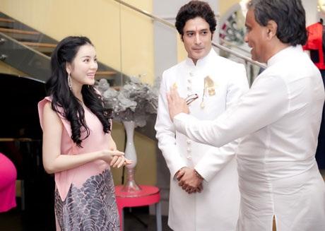 Nhà sản xuất Vinodh Seneviratne chụp ảnh cùng Lý Nhã Kỳ