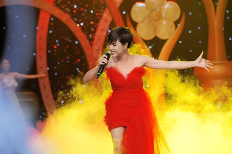 Uyên Linh trình diễn trong đêm trao giải Mai Vàng 2012