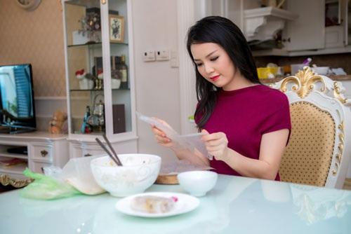 Từ ngày kết hôn, Á hậu xinh đẹp tự tay lo sắm Tết cho gia đình (Ảnh: Chàng Trai & Chí Linh)