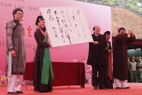 Nhà thơ Hữu Thỉnh (phải) giơ cao bức họa thơ Nguyên Tiêu