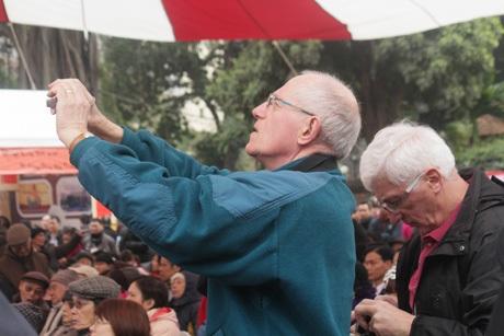 Khách Quốc tế say sưa chụp hình tại Sân thơ truyền thống