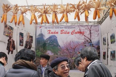 Chuối ngự Nam Định (trên) và thịt gác bếp, ngô Hà Giang tại Hội thơ