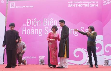Bình Nguyên Trang trình diễn trên Sân thơ Trẻ
