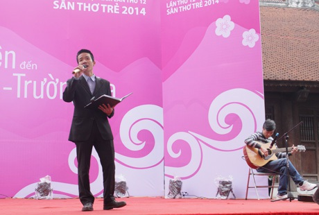 Nhà thơ- nhạc sỹ Nguyễn Vĩnh Tiến biểu diễn trên Sân thơ Trẻ
