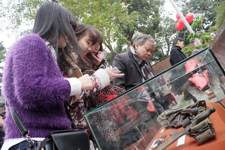 Nhiều bạn trẻ thích thú nhìn ngắm các hiện vật được trưng bày