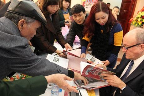 Tác giả ký tặng sách cho độc giả