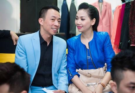 Ca sỹ Việt Hoàn và MC Mỹ Vân cũng hào hứng trò chuyện trên hàng ghế khán giả của sự kiện thời trang