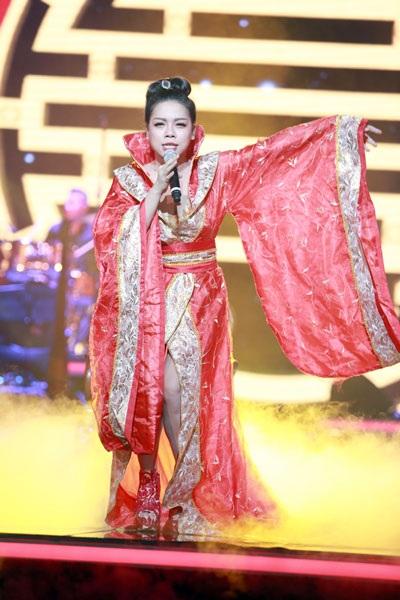 ...trong bộ trang phục bị nghi vấn giống trang phục cổ trang Trung Quốc