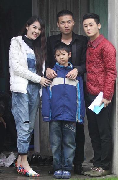 Từ trái sang: Thanh Trúc, Khánh Linh, Quế Vân và em trai đến thăm nhà bé Đạt