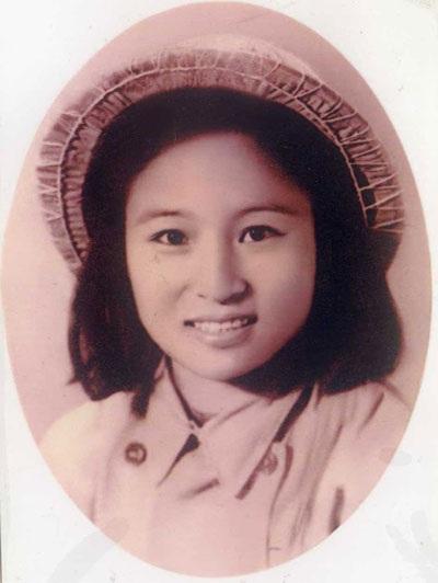 Y tá Vũ Thị Nhâm, 22 tuổi, rạng rỡ trong bộ quân phục đầu tiên trước khi vào chiến trường Điện Biên