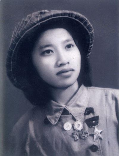 Y tá Phạm Thị Tín, 21 tuổi, người Hà Nội. Bà bị đau mắt đơn vị cho ở lại vẫn quyết tâm đi chiến đấu