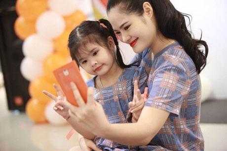 Tham gia sự kiện thời trang ngày 27/4 còn có top 10 Hoa hậu Việt Nam Ngọc Bích và con gái
