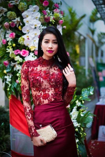 Trước đó, Phạm Hương dự thi Hoa khôi trang sức 2013 nhưng không đoạt giải cao
