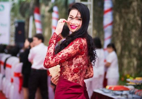 Phạm Hương diện chiếc đầm ren đỏ khá lạ mắt và nổi bật