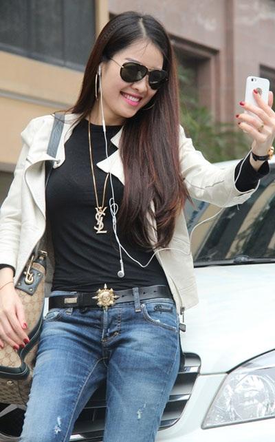 Người đẹp chụp ảnh vui bên cạnh chiếc xe bạc tỷ