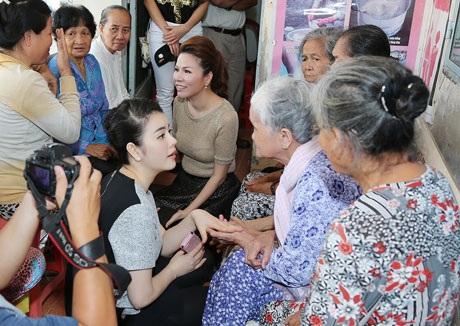 Một số hình ảnh Lý Nhã Kỳ tại thăm hỏi bệnh nhân tại Tiền Giang