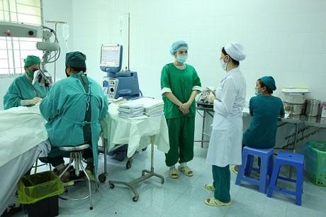 Lý Nhã Kỳ khoác áo xanh tới từng giường bệnh của bệnh nhân động viên, chia sẻ với họ trước ca mổ